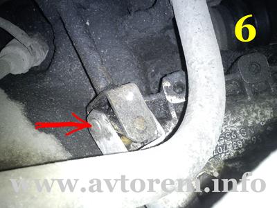 Вытаскиваем ось соединения привода и механизма переключения передач