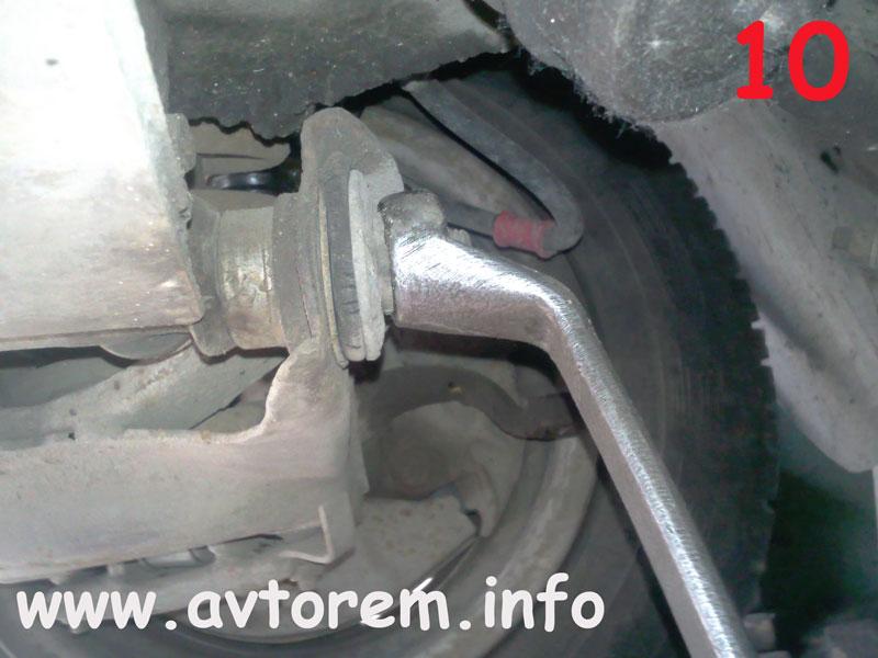 Откручиваем гайку оси нижнего рычага на автомобиле ВАЗ-2101, ВАЗ-2102, ВАЗ-2103, ВАЗ-2104, ВАЗ-2105, ВАЗ-2106, ВАЗ-2107, Жигули, Классика