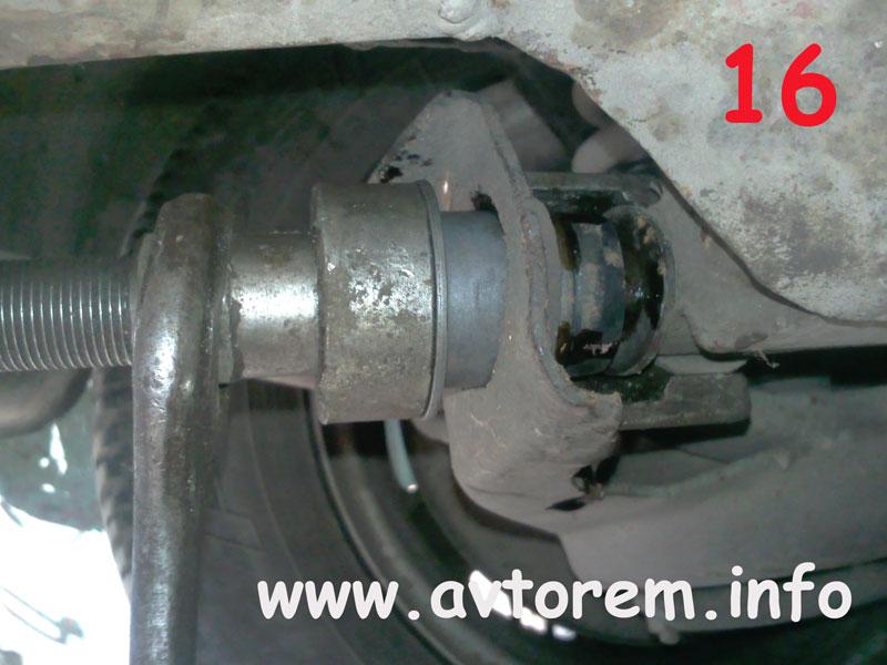 Запрессовываем сайлентблок в проушину нижнего рычага передней подвески на авто ВАЗ-2101, ВАЗ-2102, ВАЗ-2103, ВАЗ-2104, ВАЗ-2105, ВАЗ-2106, ВАЗ-2107, Жигули, Классика