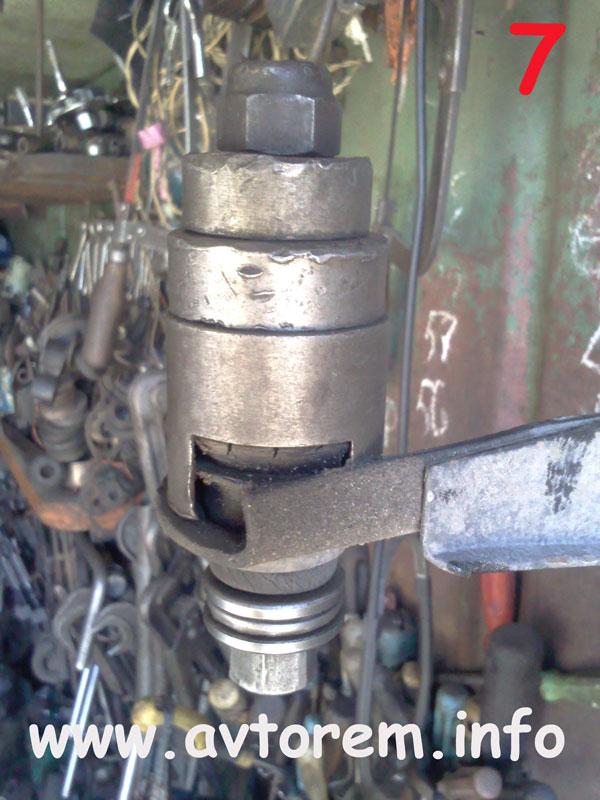 Выпрессовываем сайлентблок в верхний рычаг передней подвески на авто ВАЗ