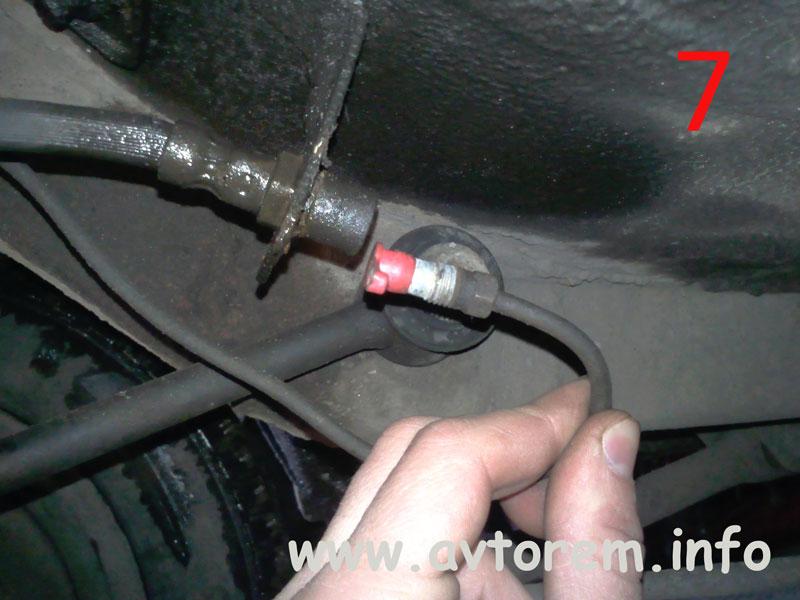 Откручиваем тормозную трубку от тормозного шланга на авто ВАЗ-2101, ВАЗ-2102, ВАЗ-2104, ВАЗ-2105, ВАЗ-2106, ВАЗ-2107, Жигули, Классика