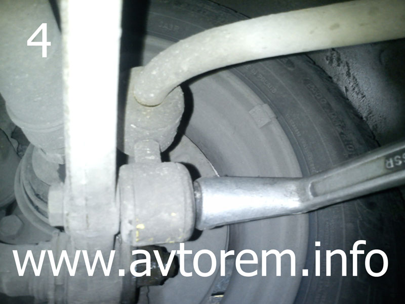 Откручиваем гайку стойки переднего стабилизатора ваз 2108