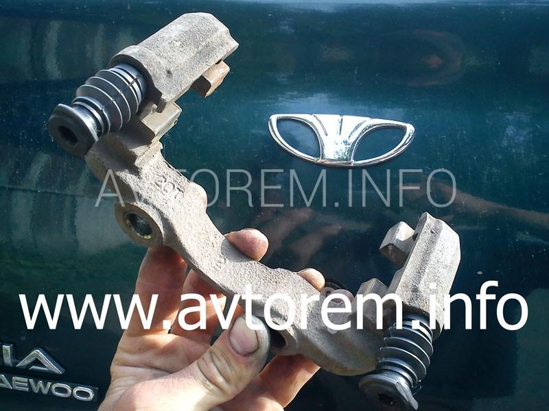 стук переднего тормозного суппорта Ланос